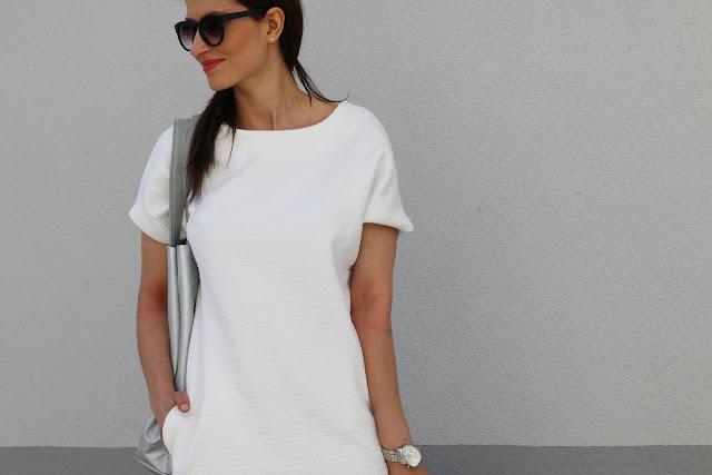 białe trampki, business casual, novamoda style, styl na wiosnę, trendy, wiosnenny styl, sneakers, snakers style, białe trampki, modne sukienki, kobiety, styl życia, biała sukienka, biker, jak nosić, moda blog, stylizacje, wiosene stylizacje, sukienka trzy stylizacje, srebrna torba