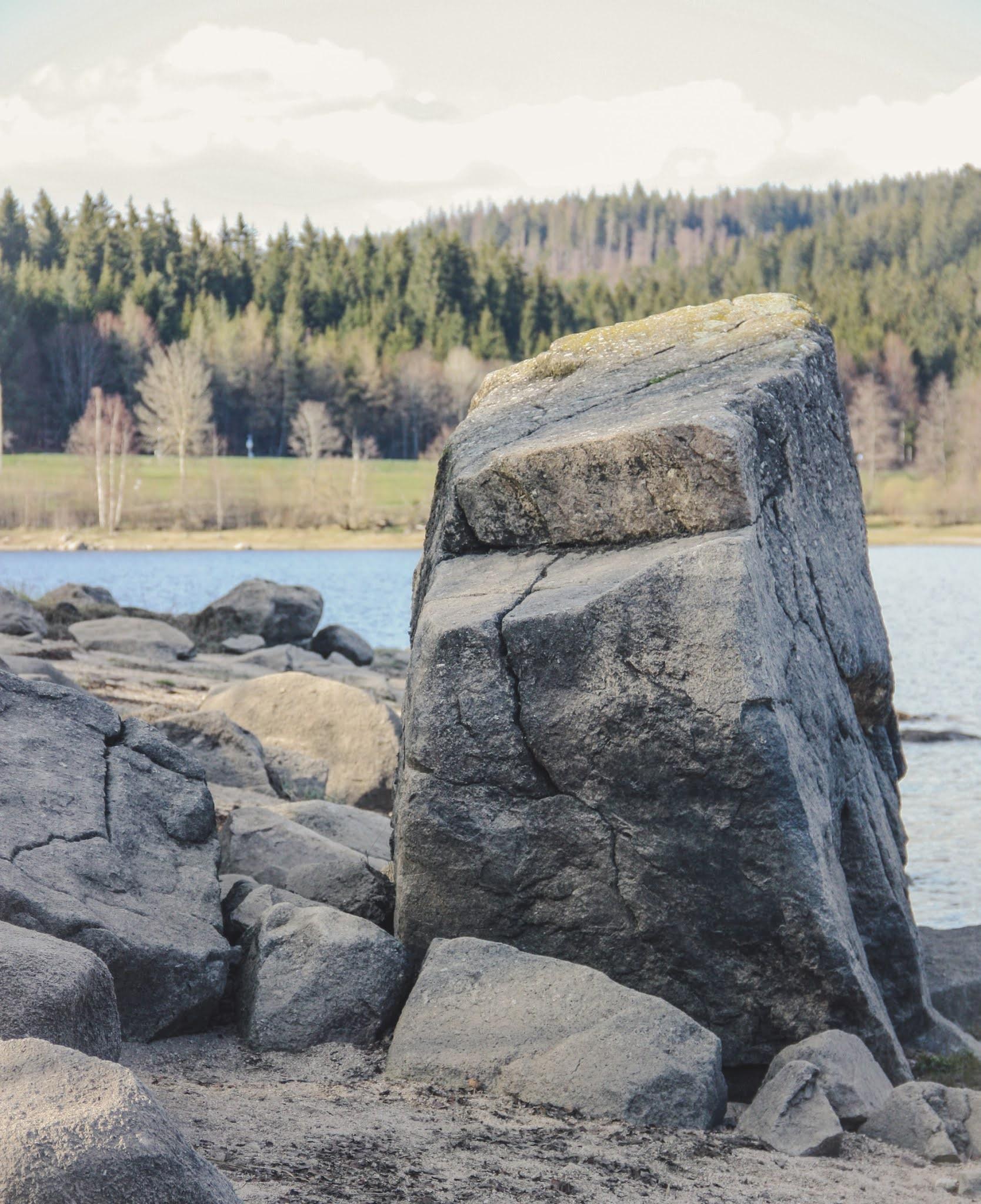 snackenglish, snack, roca, rock, boulder, pedrusco, peñasco, lago