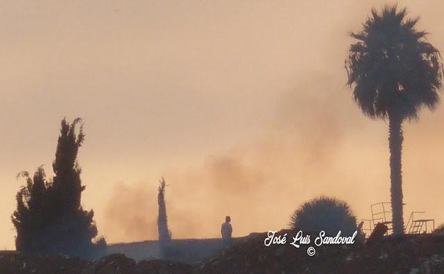 Una gran humareda cerca del Estadio de Gran Canaria