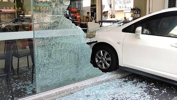 彰化超商員工趕上班 停車誤踩油門衝進超商