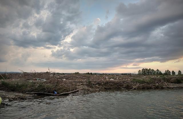 Poluare pe malul Siretului, in dreptul localitatii Orbeni, Bacau