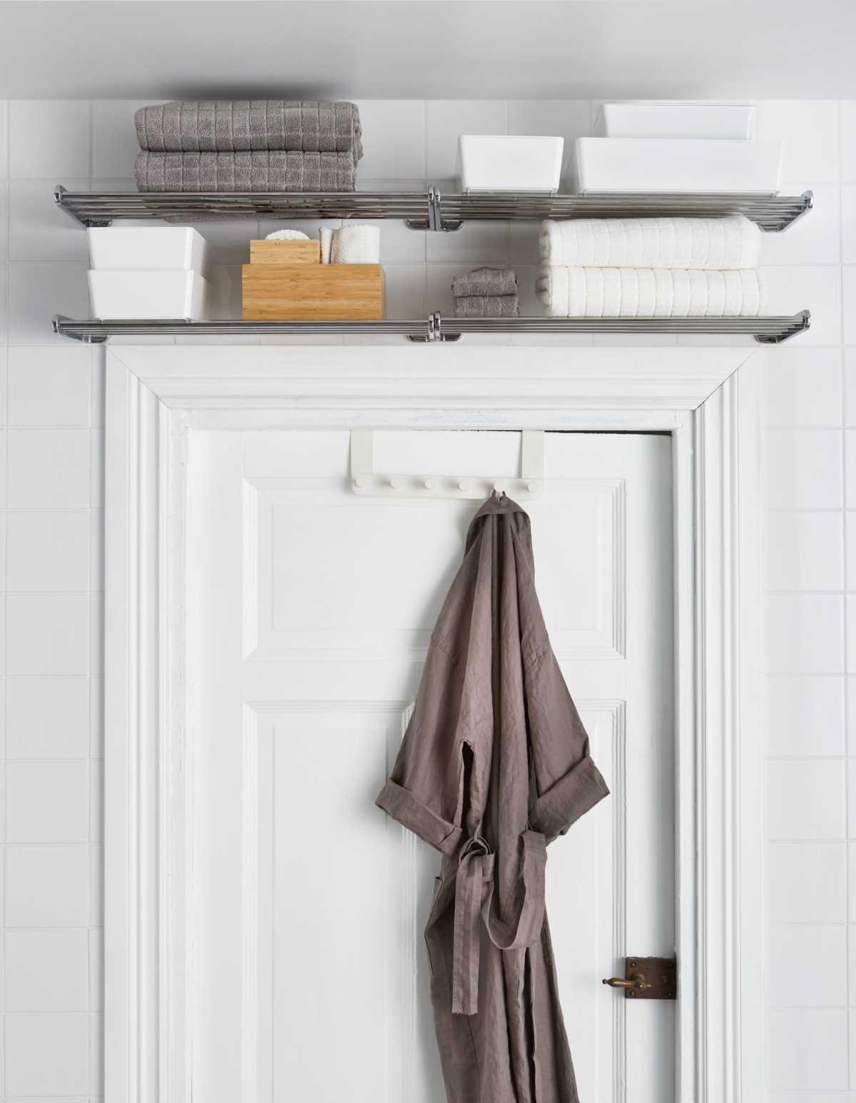 Estantes sobre la puerta de baño