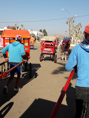 paseo-pousse-pousse-por-las-calles-de-antsirabe-ciudad-colonial-francesa-madagacar