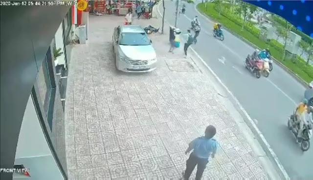 Clip: Thanh niên tay không liều mạng giằng co với 2 tên cướp giật điện thoại có hung khí