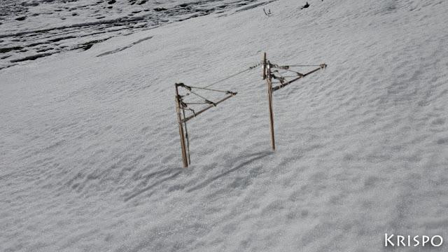 mastil de barco surgiendo de la nieve