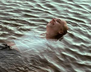 Julius Feldmeier bañándose en el lágo