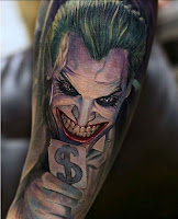 Tatuajes de The Joker a color en el brazo