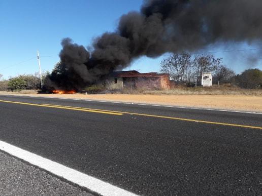 BR-030: Veículo pega fogo próximo ao trevo que dar acesso ao município de Malhada de Pedras e por sorte motorista sai ileso