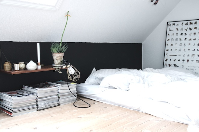 dormitorio de un piso de estudiantes, sin somier, pared en dos colores
