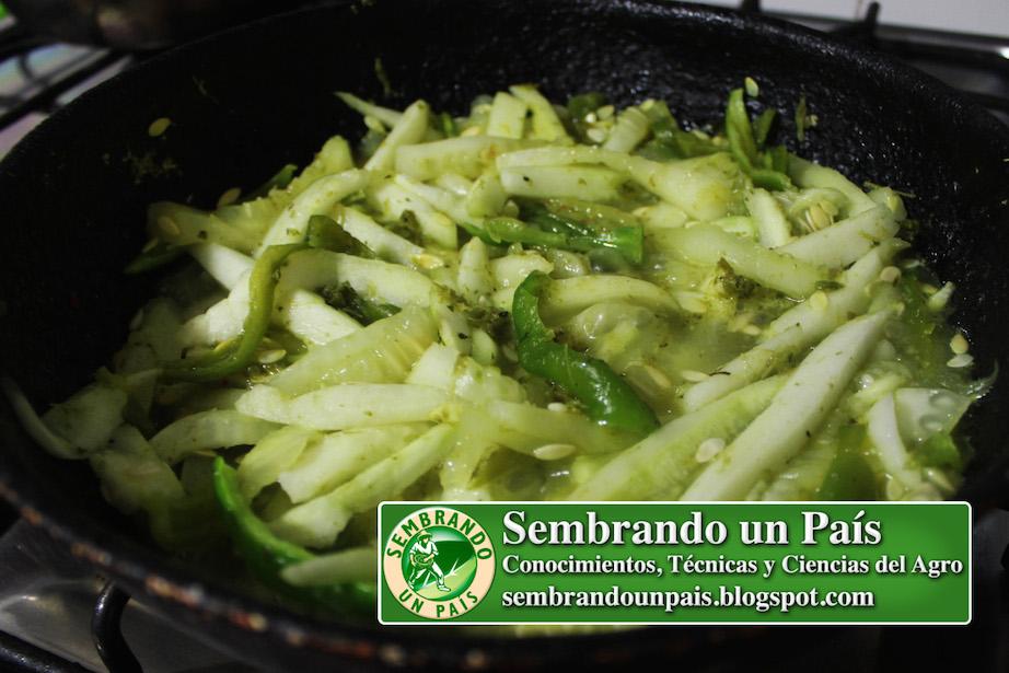 preparando pepino con chile (ají)