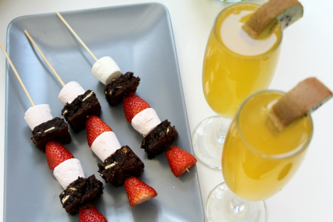 Chocolate brownie skewers and pineapple mimosas - snacking in summer time. Nourish ME: www.nourishmeblog.co.uk
