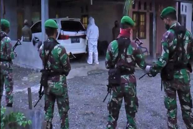 Setelah 4 Jam Dikepung TNI-Polri, 4 Pasien COVID-19 Akhirnya Mau Dievakuasi