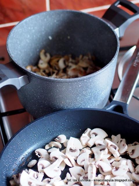 smazenie, zrumienic mieso, przesmazyc grzyby, smazone pieczarki, kurczak duszony, gulasz z kurczaka, z grzybami