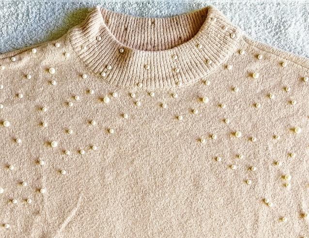 Detail - pletený pulovr s perličkami
