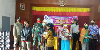 Penerima Bantuan BLT-DD Warga Desa Wonokerto Tetap Disiplin Prokes