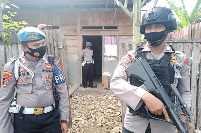 Geledah rumah terduga teroris di Bima. Densus 88 amankan kresek biru