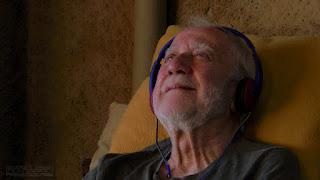 Ramiro Tapia escuchando música para escena película Hekatombe