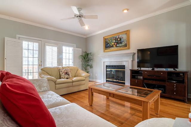 Desain Ruang Tamu Ruang Tamu Sederhana Dengan Sofa Dan Hiasan Dinding