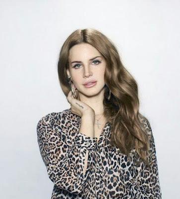 Lana Del Rey de blusa de oncinha