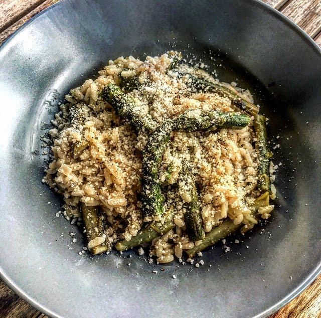 Risotto healthy aux asperges vertes, échalotes et viin blanc