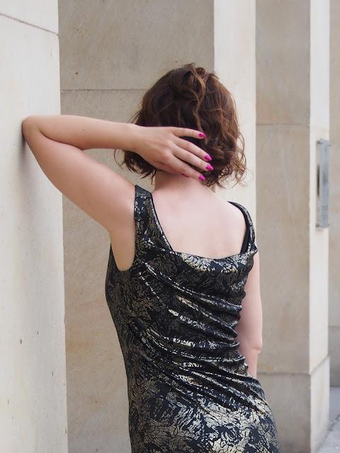 sukienka-z-dekoltem-na-plecach
