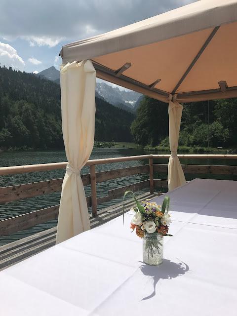 Flossfahrt unter der Alpspitze, Bunte Wiesenblumenhochzeit im Riessersee Hotel Garmisch-Partenkirchen, heiraten in Bayern, zwei Bräute, Regenbogen