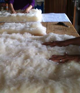 lã de ovelha sendo distribuida para a confecção de  um acolchoado