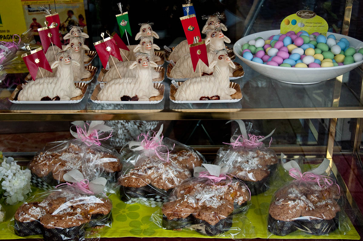 Easter lamb cakes, Colombas and Easter eggs, Pasticceria Aliani, Vicenza, Veneto, Italy