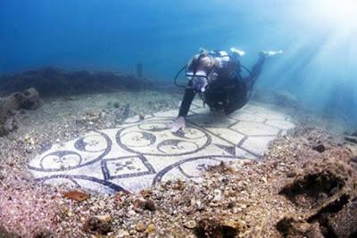 Un subacqueo esplora il sito archeologico subacqueo di Baiae