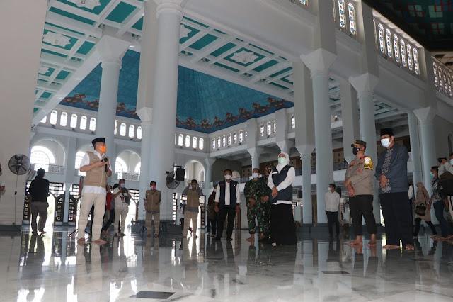 Caption: Gubernur Jawa Timur Khofifah Indar Parawansa bersama Forkopimda mendengarkan paparan dari pengurus Masjid Al-Akbar Surabaya, Rabu (12/5/2021). Foto: Humas Polda Jatim