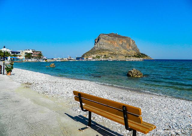 Praia na vila de Gefira diante do Rochedo de Monemvasia, Grécia