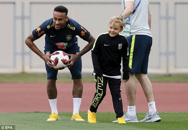 Neymar ăn vạ mua vui cho đồng đội 6