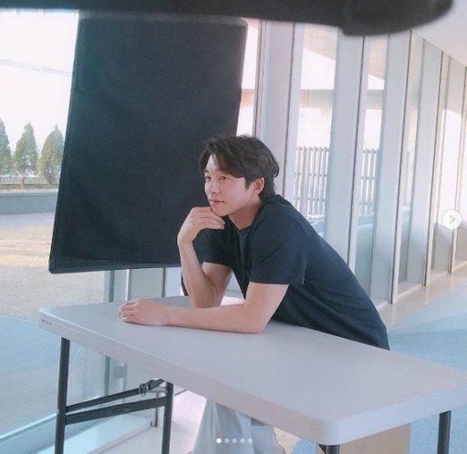 Gong Yoo reklam çekiminden fotoğraflar paylaştı
