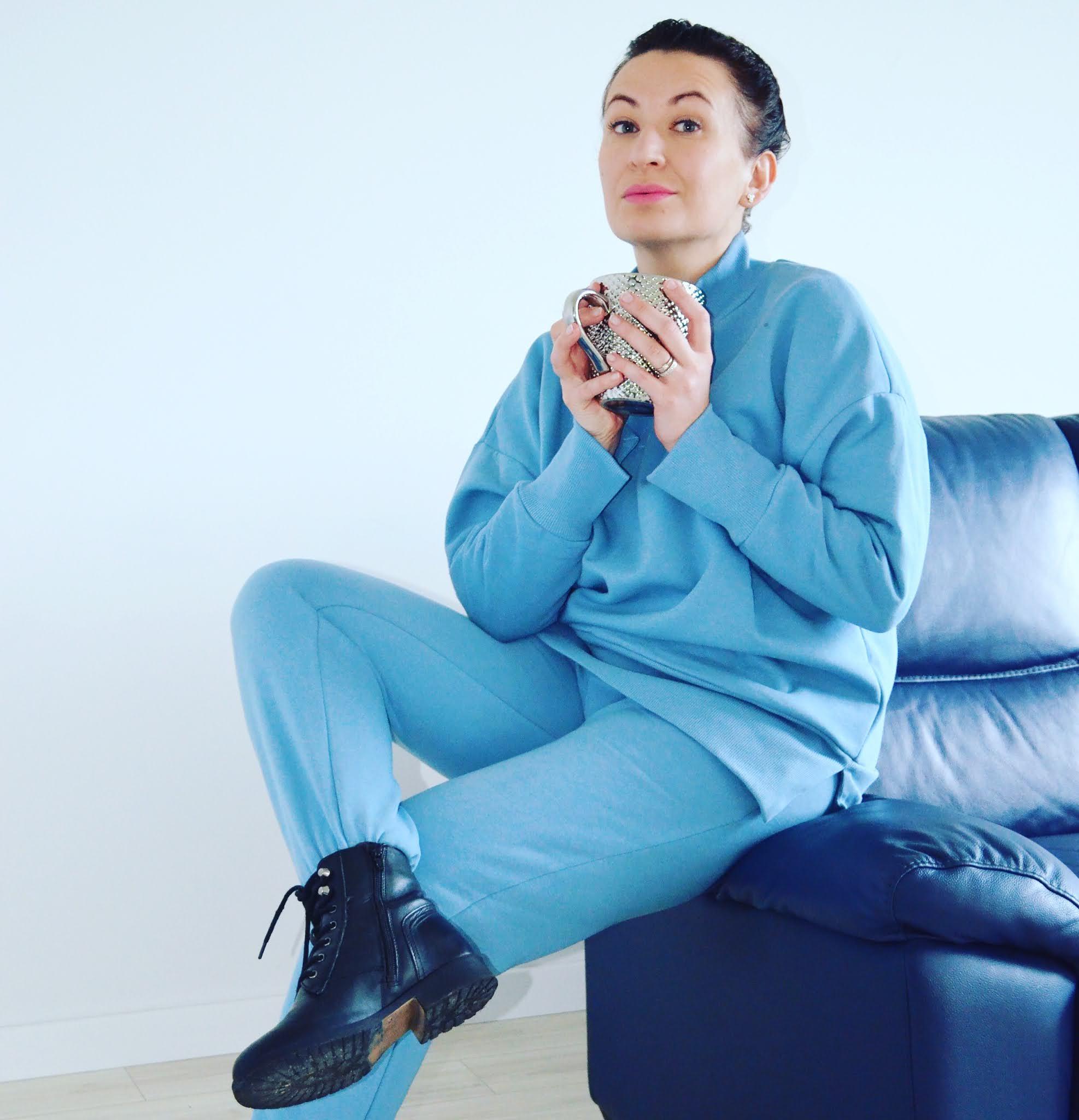 Dres Laurella;Laurella Blue Tracksuit;www.adriana-style.com;blogerka modowa 40+;blogerka 40+;styl 40+;kobieta po czterdziestce;kobaltowe szpilki;moda;fashion;biżuteria Freya Treasures, Freya Treasures Jewelry