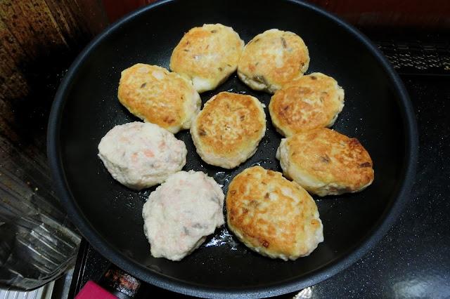 フライパンにサラダ油を熱し、<手順1>の生地を5㎝大の小判型に作り、並べ入れます。