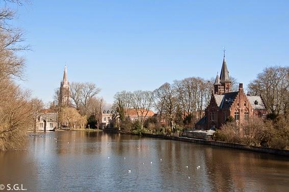 Parque Minnewater en Brujas en Belgica