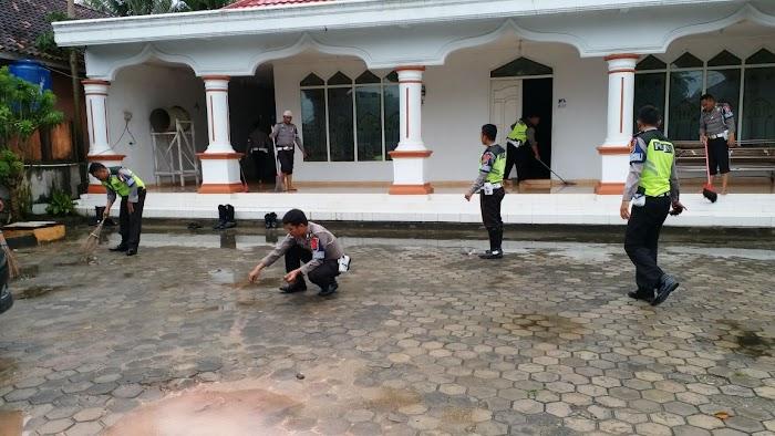 Polres Tuba Dekat Dengan Masyarakat  Lakukan Bersih Bersih Masjid  Setiap Jumat