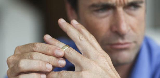Esposo moviendo el anillo de bodas en su dedo por infidelidad de su esposa