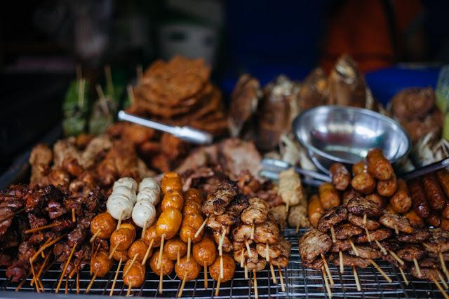 Để thưởng thức hương vị cuộc sống nơi đây, du khách hãy tới phố Halal và thử món soup cà ri kôw soy đặc trưng; tới chợ Talat Pratu Chang Phueak để nếm thử món thịt heo của bà chủ đội mũ cao bồi ăn với cơm khá độc đáo. Nếu không, du khách cũng có thể thưởng thức món cá rô phi nướng hay gà luộc ăn kèm với gỏi đu đủ cay.