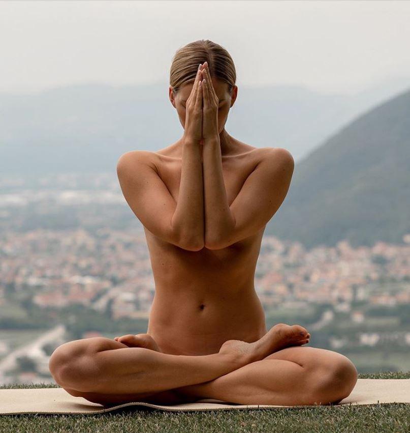 aashka-goradia-nude-yoga-pic