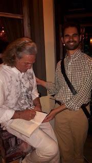 Ο Εσκενάζυ υπογράφει το βιβλίο του Βαγγέλη Αυγουλά