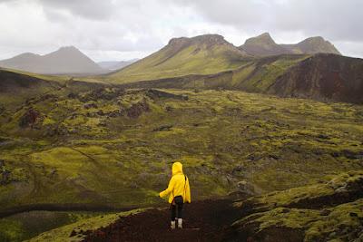 Chica en la soledad de la temporada baja en Islandia