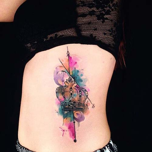 woman belly watercolor crown tattoo kadın beli renkli taç dövmesi