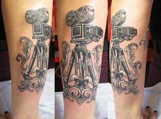 Tatuaje cámara de cine en muslo