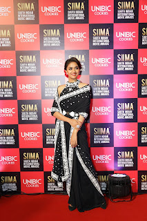 Keerthy Suresh in Black Saree with Cute Smile Entry at SIIMA Awards 2019 1