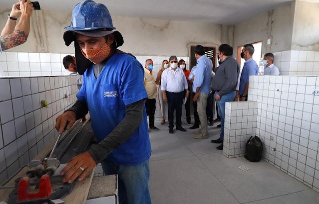 João Azevêdo inspeciona reformas, entrega obras da educação e acompanha programa Prato Cheio em Campina Grande