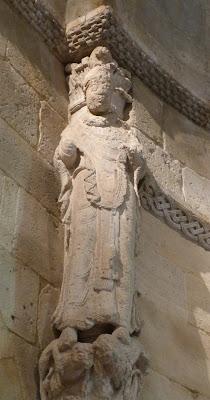 ROMÁNICO EN NUEVA YORK. THE CLOISTERS MET. Ábside de San Martín de Fuentidueña. Estatua columna arco triunfal