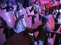 Marionette e burattini seduti a teatro