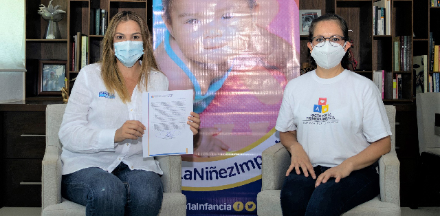 Firma Cecilia Patrón pacto por la Primera Infancia