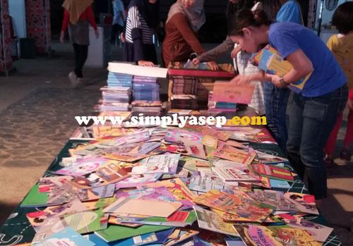 RABAT KHUSUS  : Beberapa buku dijual dengan murah di kisaran 5 - 10 ribu rupiah satuannya misalnya buku seri mewarnai seperti dalam foto ini. Foto Asep Haryono